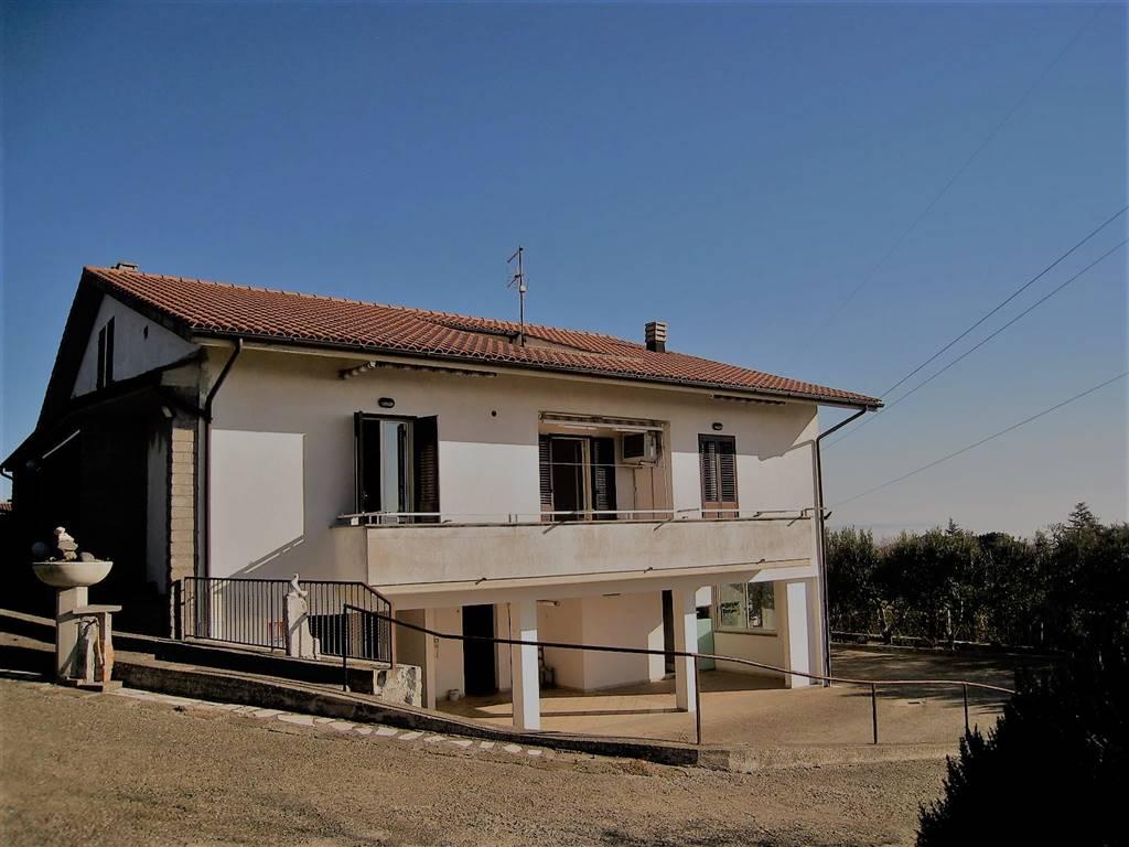 Villa villetta in vendita montefiascone in provincia di for Portico auto in vendita