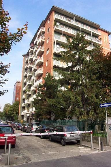 Locale commerciale in Viale Legioni Romane 28, Bande Nere, Milano