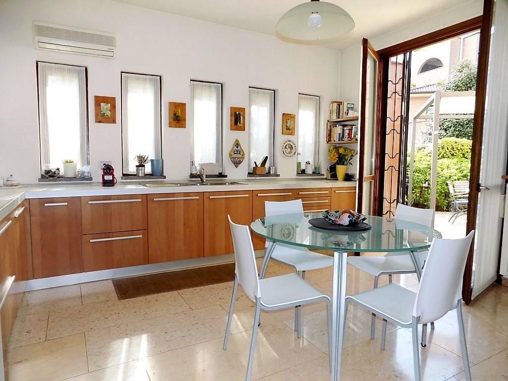 Villa in Vendita a Bernareggio: 5 locali, 400 mq
