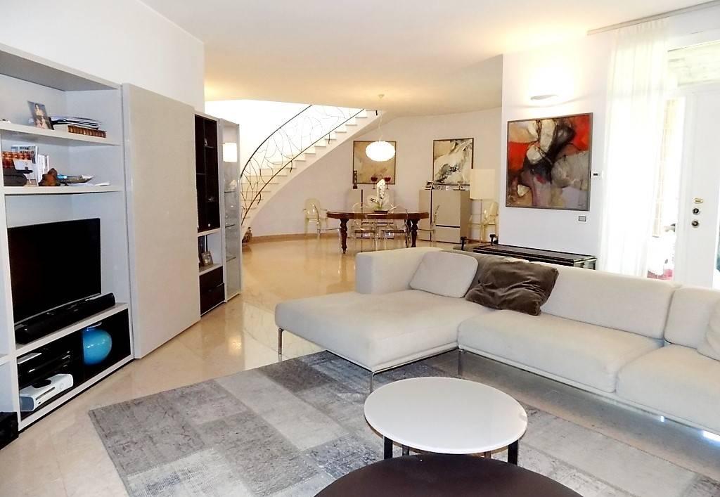 Villa in Vendita a Bernareggio: 5 locali, 450 mq
