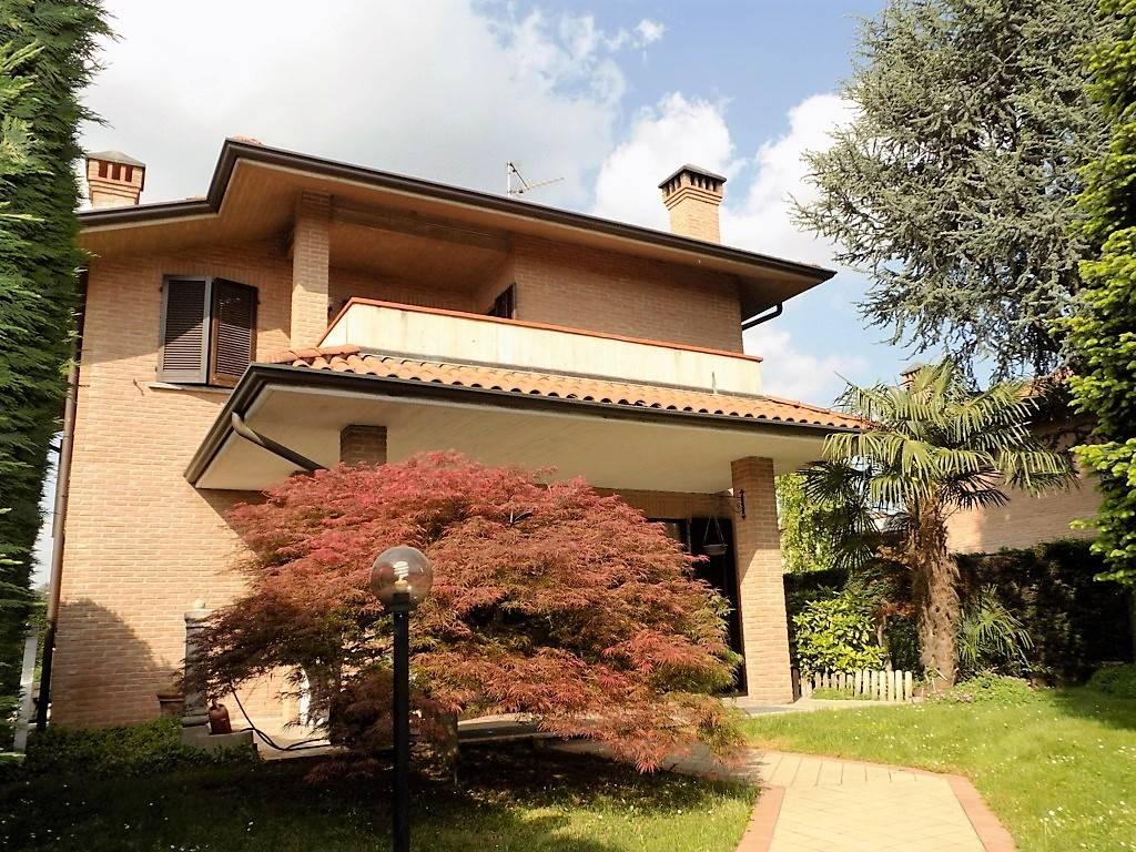 Villa in Vendita a Arcore: 4 locali, 305 mq