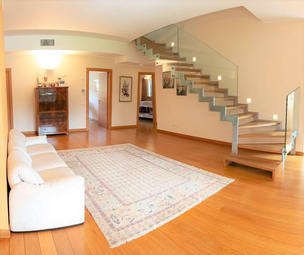 Appartamento in Vendita a Lesmo: 5 locali, 650 mq