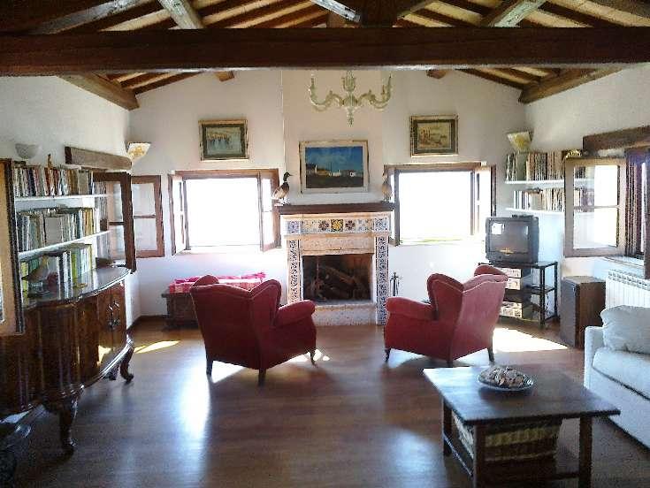 salone rappresentanza con termocamino: Rustico casale, Tuscania, in ...