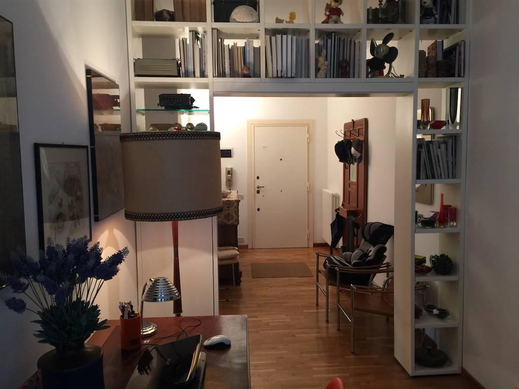 Via Trieste del Grosso Chieti: Ampio appartamento composto da: ingresso, salone, cucina con retro cucina, tre camere da letto, studio, due bagni,