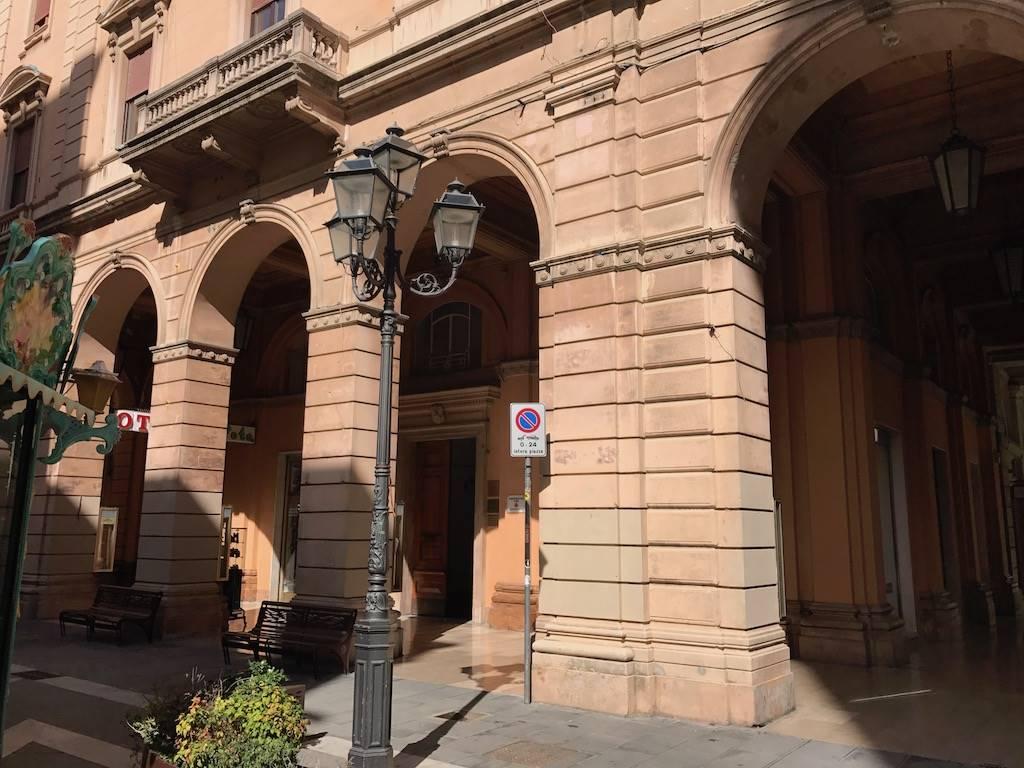 Piazza G.B.Vico-Palazzo Croce appartamento di circa 120 mq. attualmente adibito ad uso studio. Ascensore, finestre su Piazza Vico.