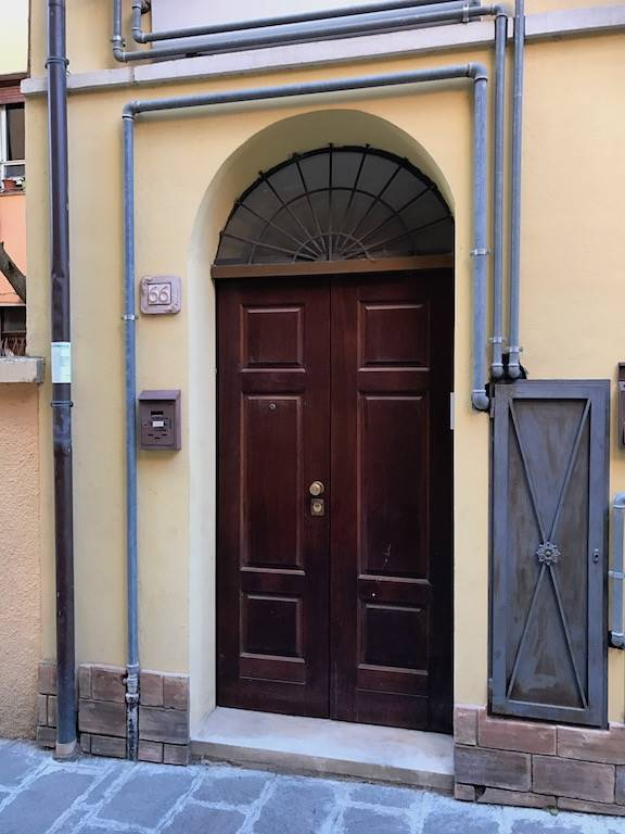 Comodo e centralissimo  mini appartamento posto al secondo ed ultimo piano di una palazzina completamente ristrutturata in Via Cauta a Chieti.