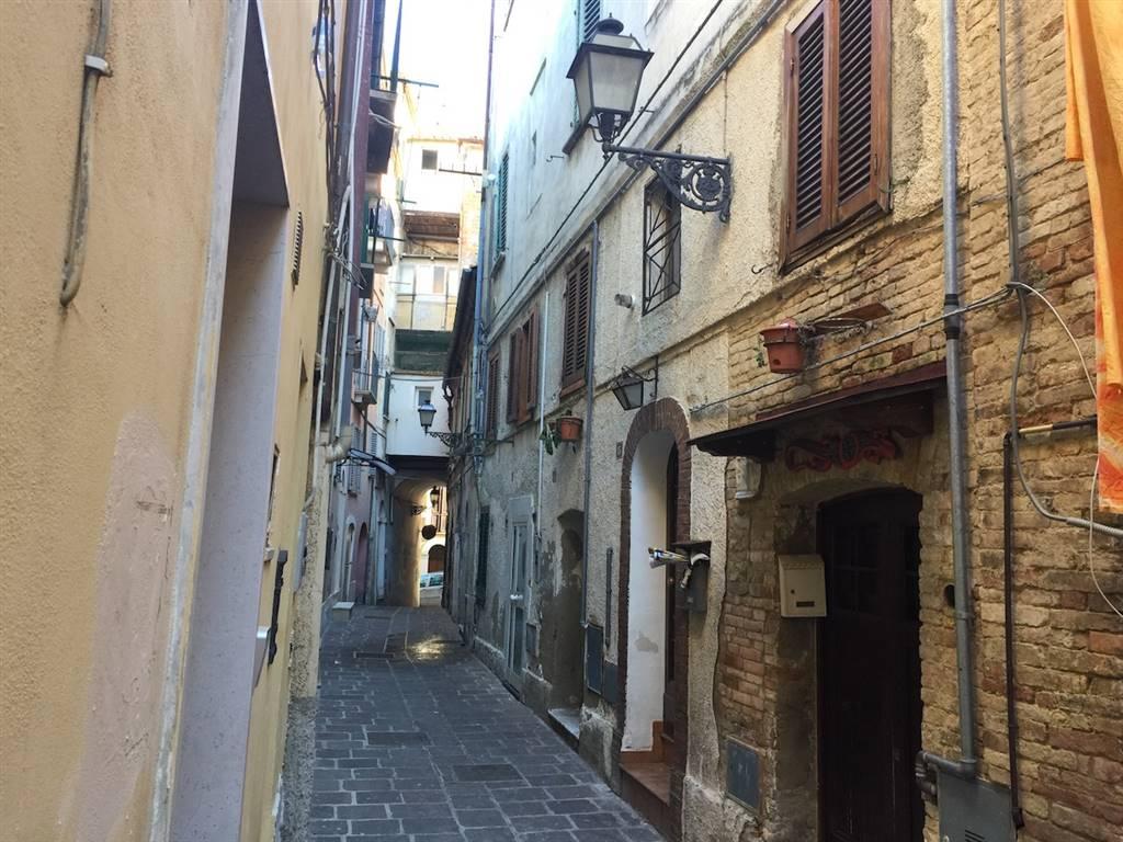 Zona centro storico, in pieno centro storico, alle spalle dell'emiciclo/pescheria, nello storico quartiere Trivigliano un caratteristico