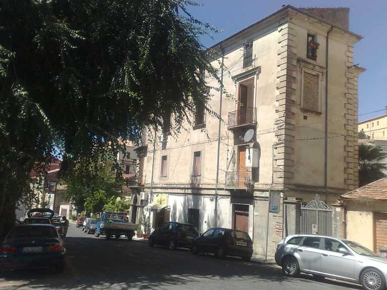 Appartamento in vendita a Cosenza, 5 locali, zona Località: CENTRO, prezzo € 60.000 | CambioCasa.it
