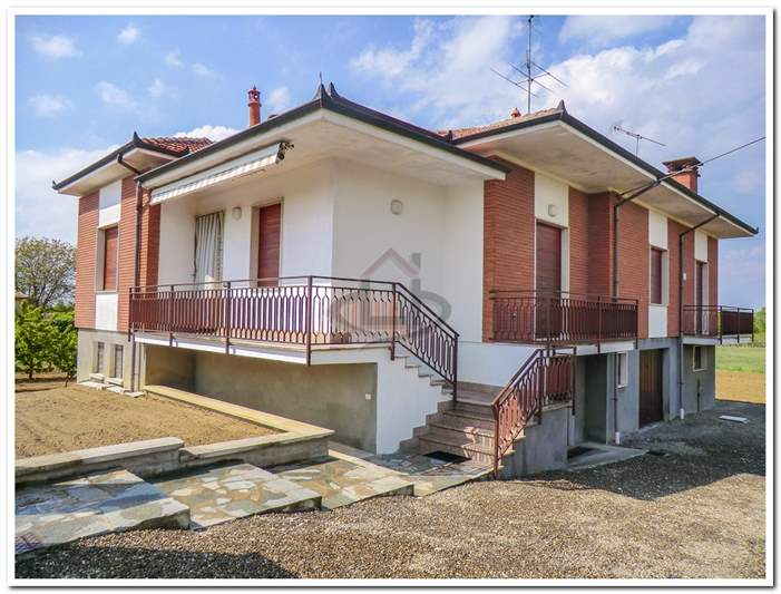 Vendita casa con giardino oltrep appartamento in vendita for Comprare garage indipendente