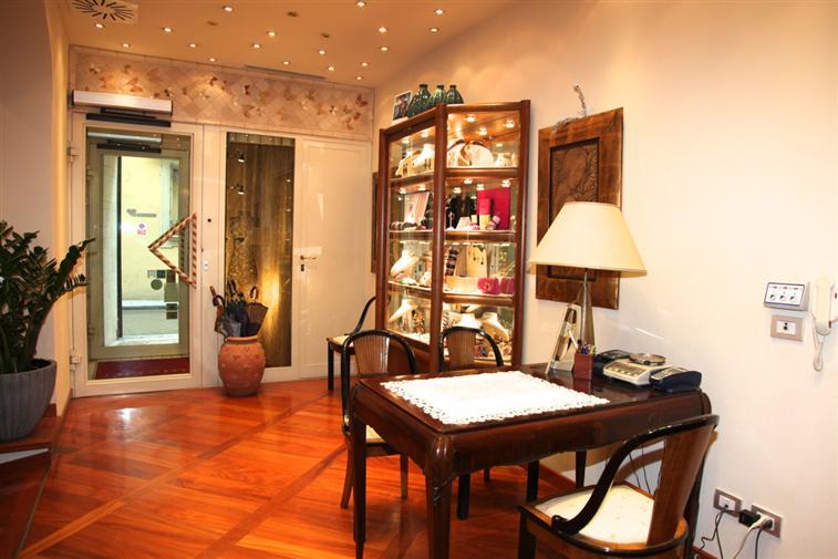 Negozio / Locale in affitto a Prato, 2 locali, zona Zona: Centro storico, prezzo € 750 | Cambio Casa.it