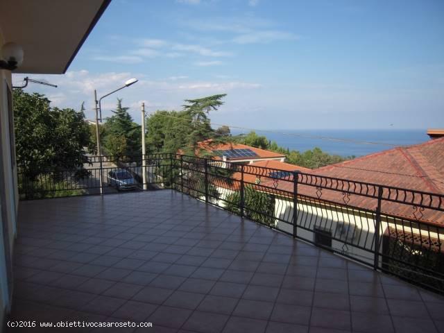 Soluzione Indipendente in vendita a Roseto Capo Spulico, 12 locali, zona Località: CENTRO STORICO, prezzo € 165.000 | CambioCasa.it