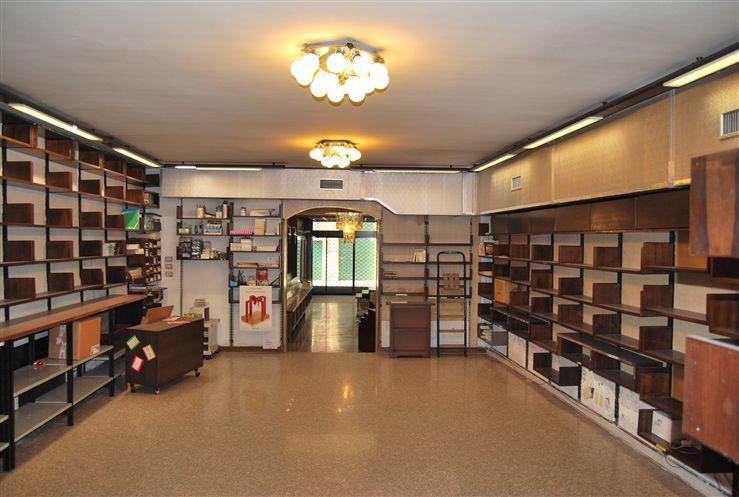 Negozio / Locale in affitto a Verona, 8 locali, zona Zona: 2 . Veronetta, prezzo € 2.000 | Cambio Casa.it