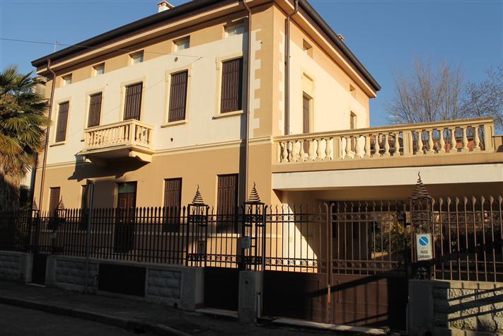 Villa in vendita a Verona, 12 locali, zona Zona: 1 . ZTL - Piazza Cittadella - San Zeno - Stadio, Trattative riservate | Cambio Casa.it