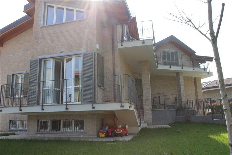 Appartamento in vendita a Carate Brianza, 3 locali, prezzo € 290.000 | Cambiocasa.it