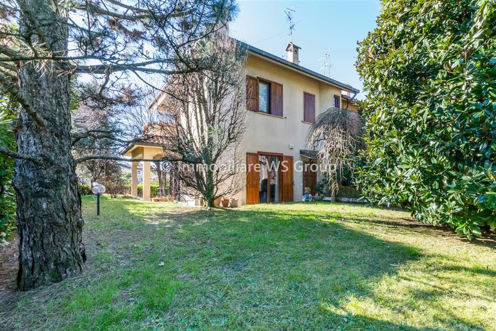 Villa in Vendita a Lesmo: 5 locali, 215 mq