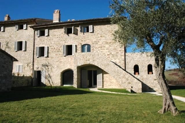 Rustico / Casale in vendita a Gubbio, 5 locali, prezzo € 495.000 | CambioCasa.it