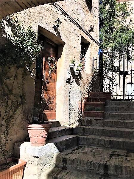 Palazzo / Stabile in Vendita a Trevi