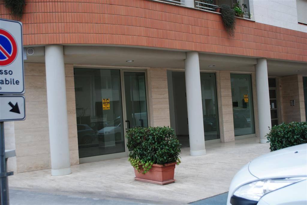 Negozio / Locale in affitto a Matera, 1 locali, zona Zona: Centro direzionale, prezzo € 550 | CambioCasa.it