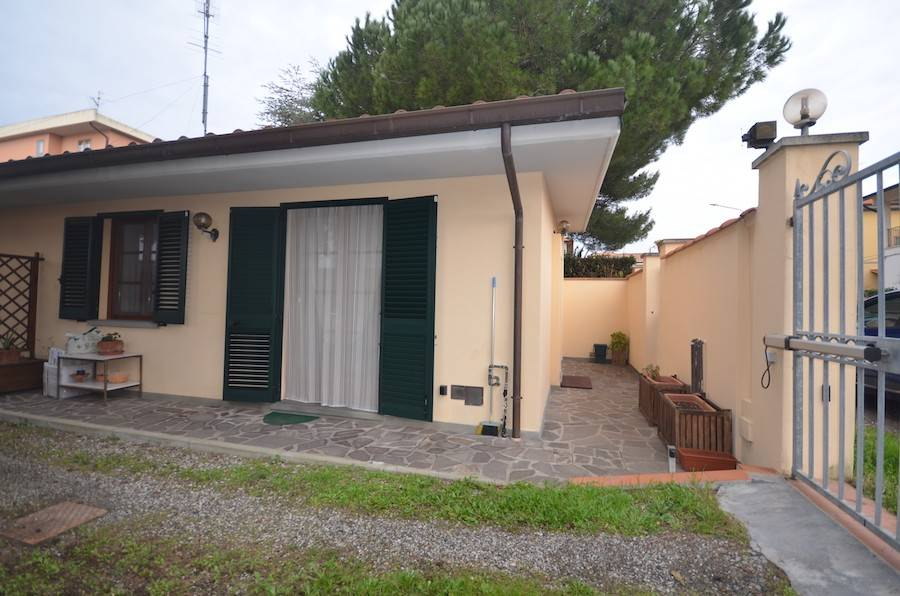 Rosignano Solvay, Tuscany, central location, one bed ground floor recently built flat