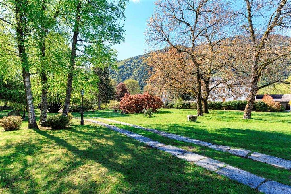 Il parco ben piantumato, con irrigazione