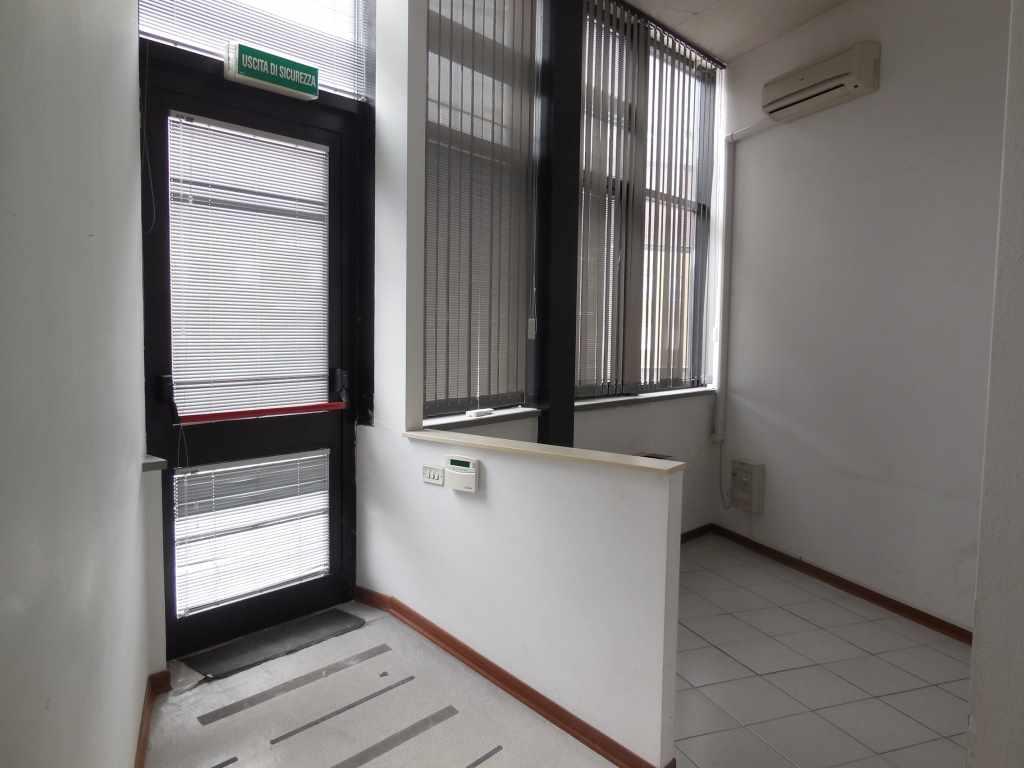 Laboratorio in affitto a Piacenza, 9999 locali, zona Zona: Zona stadio, prezzo € 1.340 | Cambio Casa.it