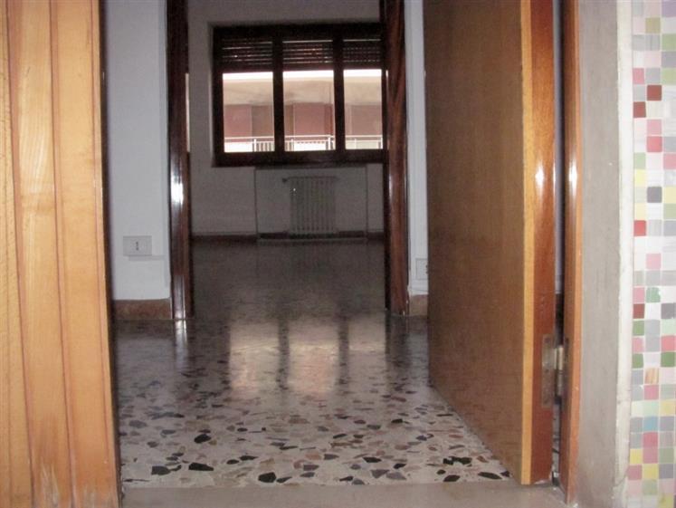 Ufficio / Studio in affitto a Taranto, 2 locali, zona Zona: Borgo, prezzo € 400 | CambioCasa.it