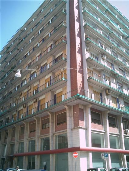 Negozio / Locale in affitto a Taranto, 9999 locali, zona Zona: Borgo, prezzo € 4.500   CambioCasa.it