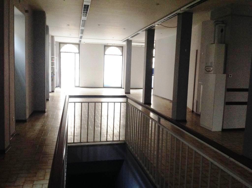 Negozio / Locale in affitto a Voghera, 9999 locali, prezzo € 1.200 | CambioCasa.it
