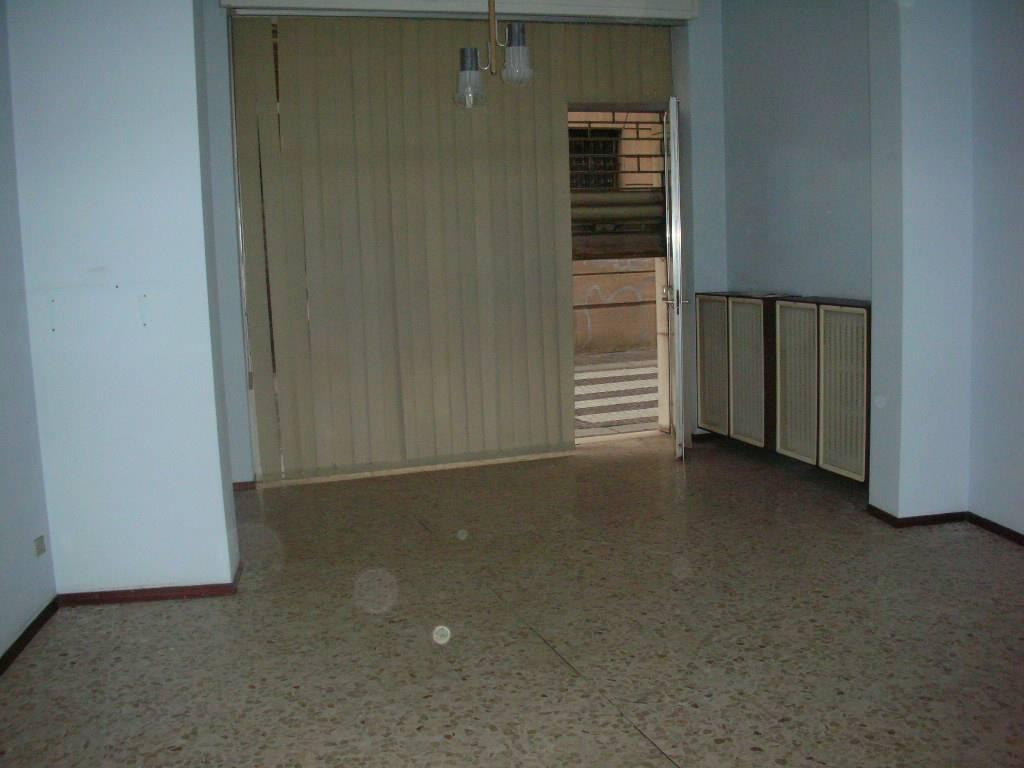 Negozio / Locale in affitto a Voghera, 2 locali, prezzo € 400 | CambioCasa.it