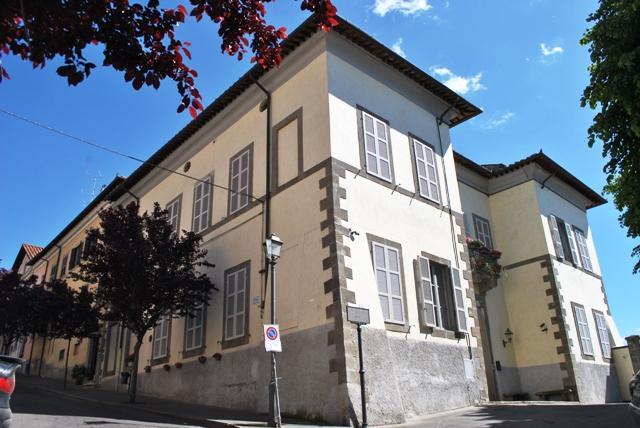Palazzo a VITERBO 28 Vani - Garage - Giardino