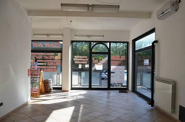 Negozio / Locale in affitto a Viterbo, 2 locali, zona Zona: Periferia, prezzo € 500 | Cambio Casa.it