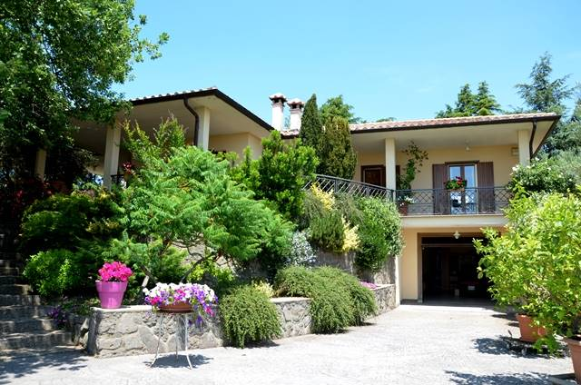 Villa in vendita a Montefiascone, 8 locali, Trattative riservate | CambioCasa.it