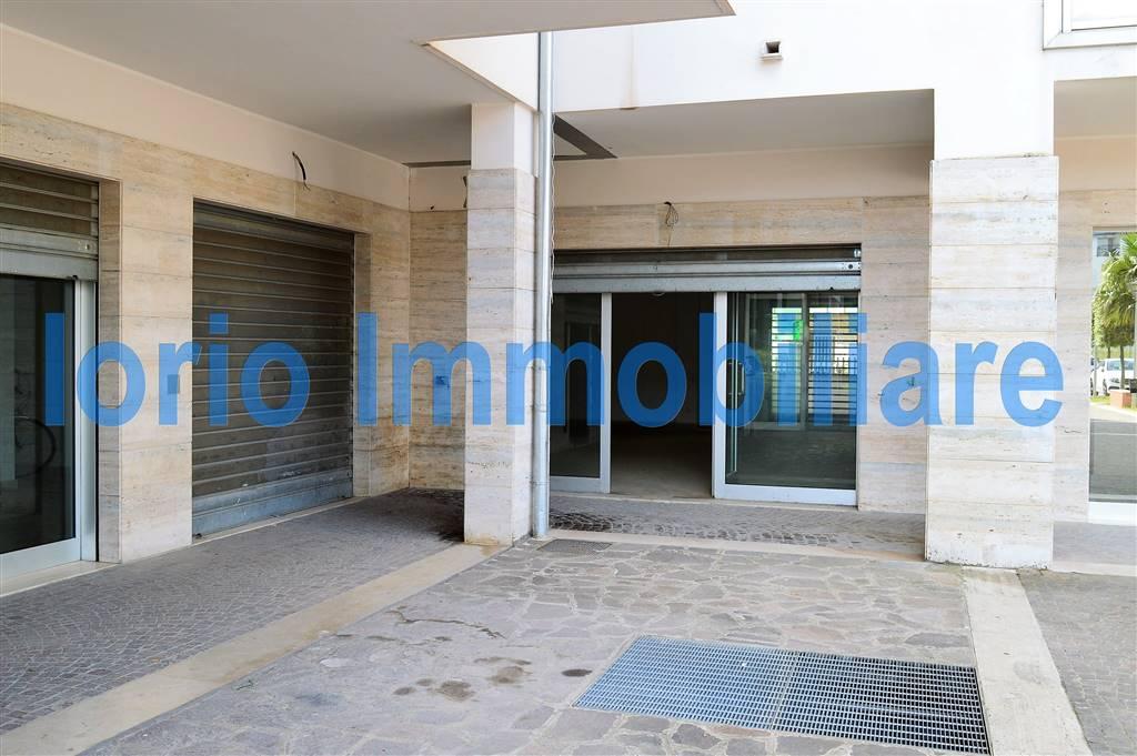 Negozio / Locale in affitto a Santa Maria Capua Vetere, 1 locali, prezzo € 1.300   Cambio Casa.it