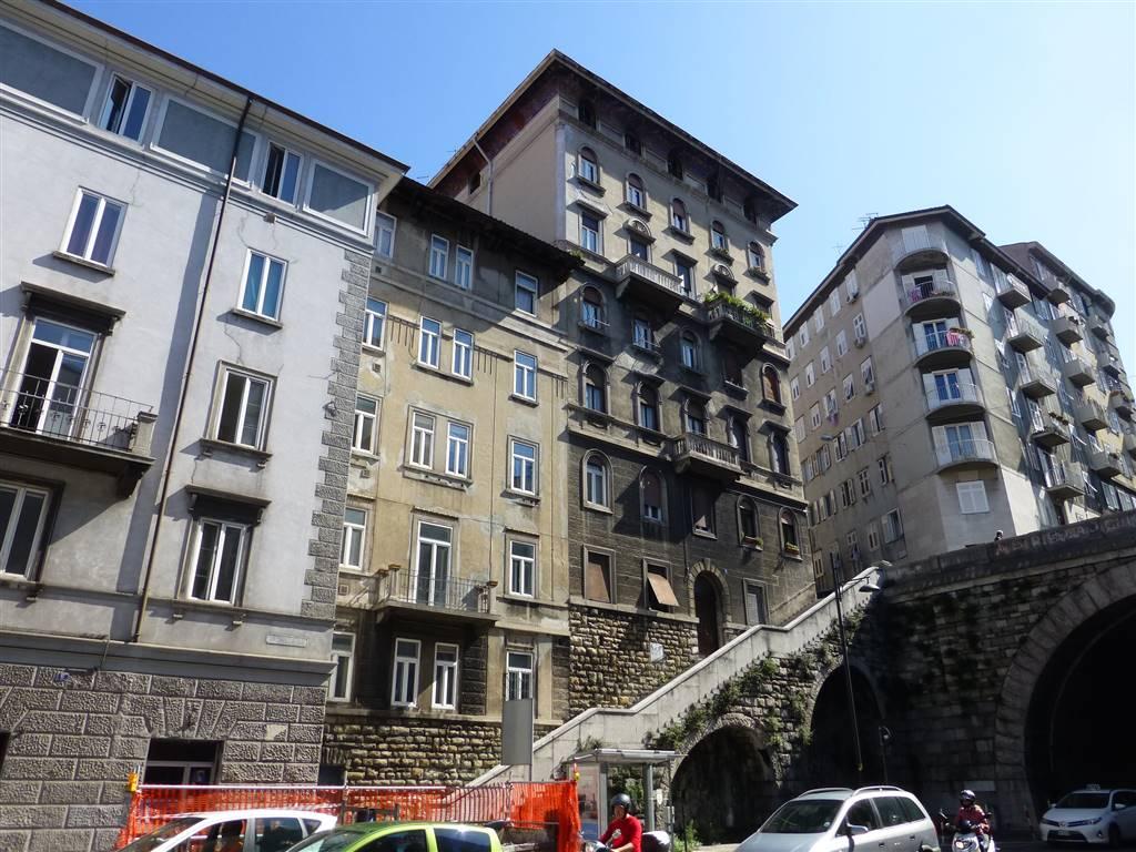 Appartamento in vendita a Trieste, 4 locali, zona Zona: Centro, prezzo € 68.000   CambioCasa.it
