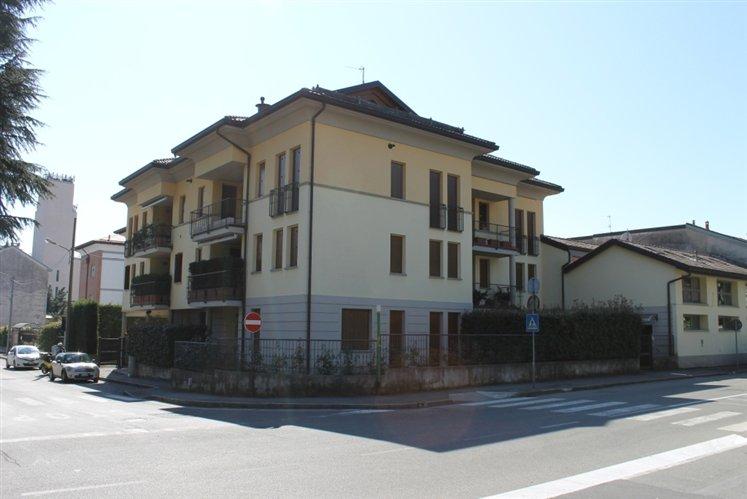 Appartamento in vendita a Carate Brianza, 3 locali, prezzo € 210.000   Cambiocasa.it