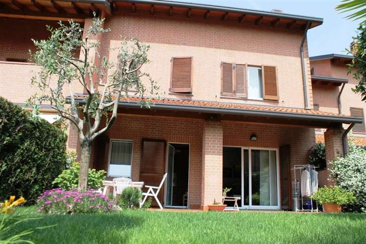 Villa in vendita a Carate Brianza, 4 locali, prezzo € 550.000 | Cambiocasa.it