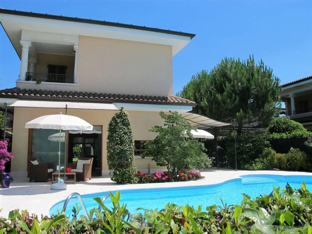 Villa in Vendita a Carugo: 4 locali, 404 mq