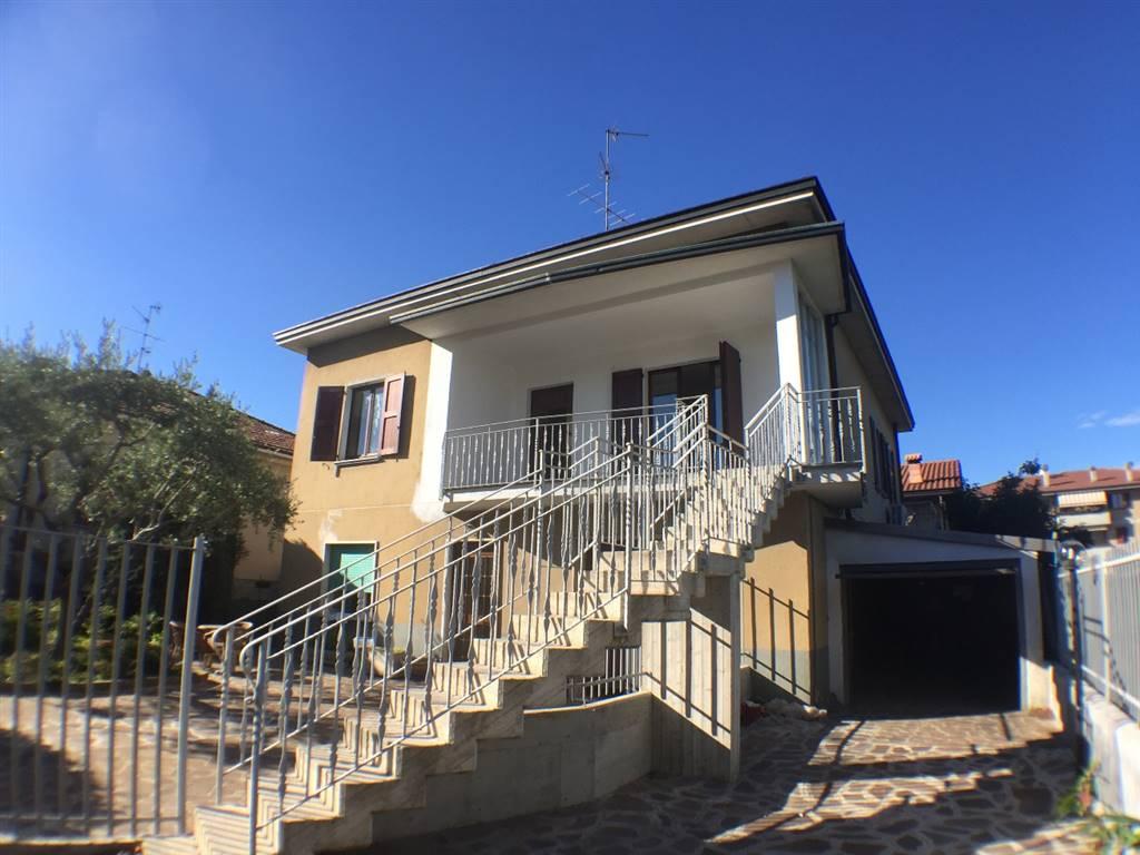 Appartamento in Vendita a Carate Brianza: 4 locali, 147 mq
