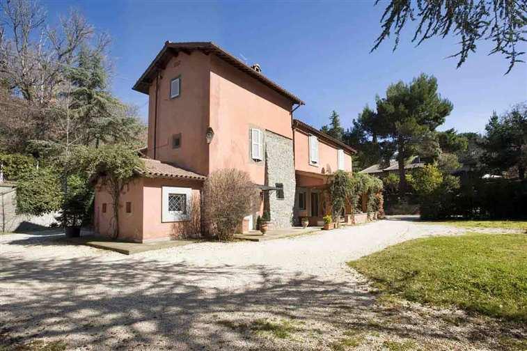 Rustico / Casale in vendita a Viterbo, 12 locali, zona Zona: Periferia, Trattative riservate | Cambio Casa.it