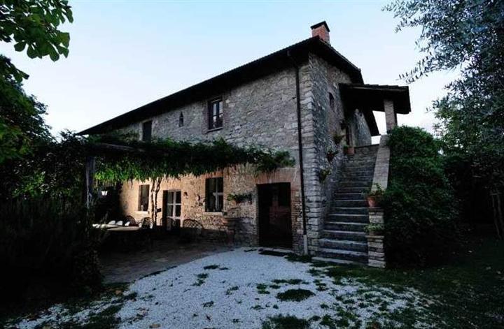 Rustico / Casale in vendita a Orte, 16 locali, Trattative riservate | CambioCasa.it