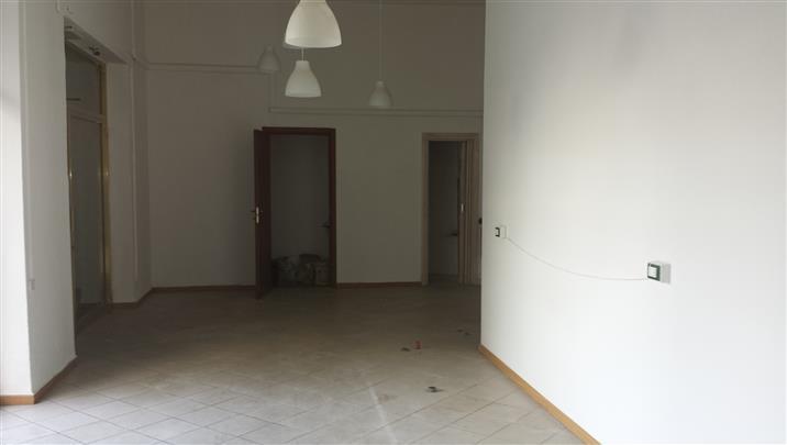 Negozio / Locale in affitto a Livorno, 9999 locali, zona Località: FABBRICOTTI, prezzo € 1.100 | Cambio Casa.it