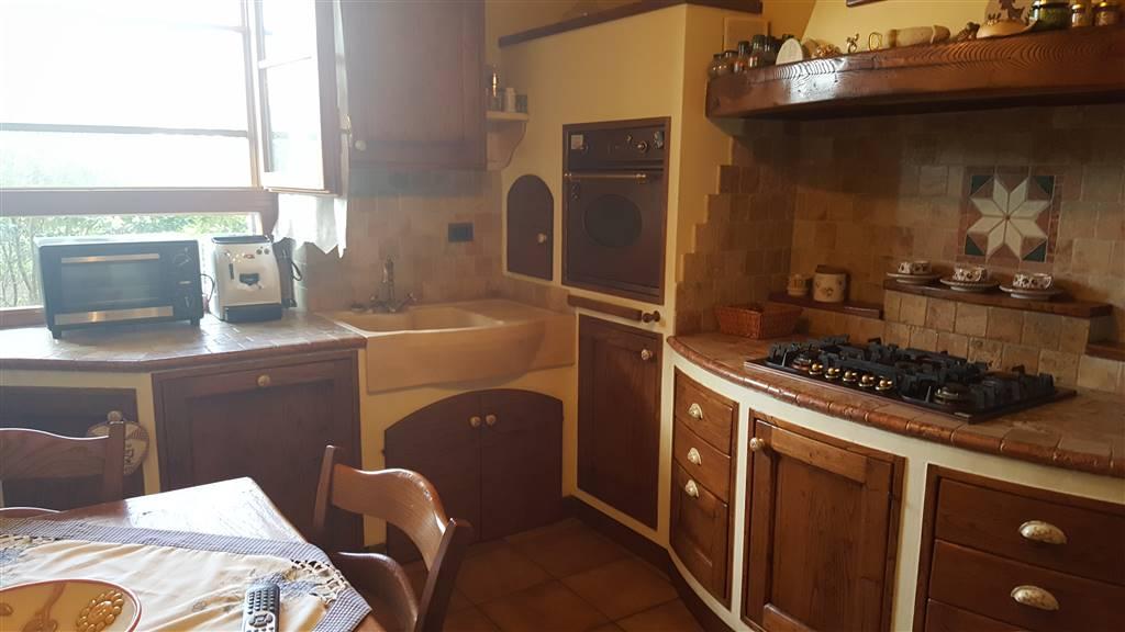 SALVIANO LATO LECCIA PORZIONE DI VILLA bifamiliare libera su 3 lati composta da ingresso sala doppia cucina abitabile bagno al piano terra tre camere