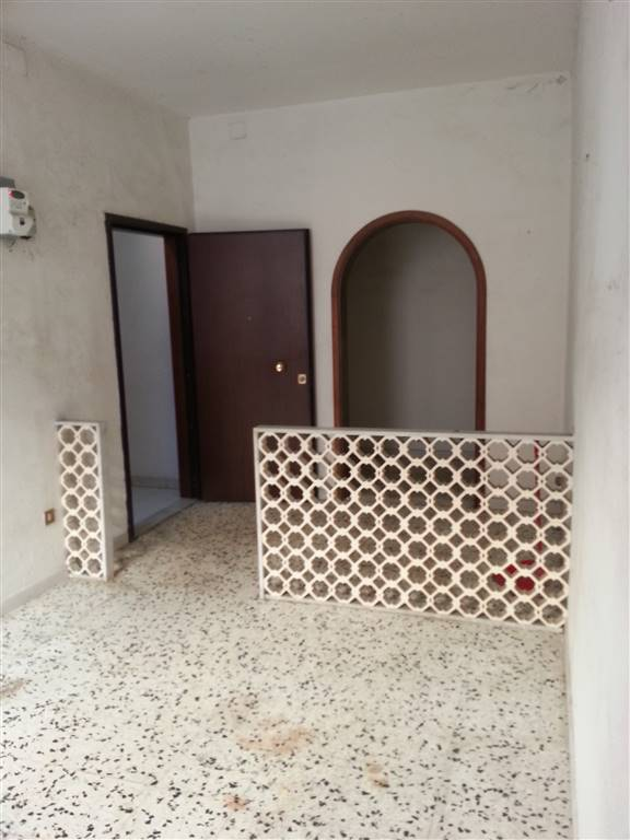 REPUBBLICA lavori da fare ampio appartamento mq. 125 ca ingresso salone cucina abitabile 3 camere da letto bagno ripostiglio balcone con servizio