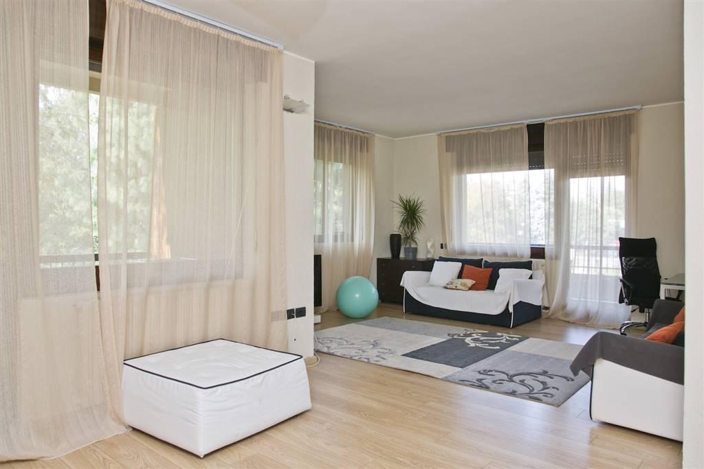Appartamento in Affitto a Arese: 5 locali, 157 mq