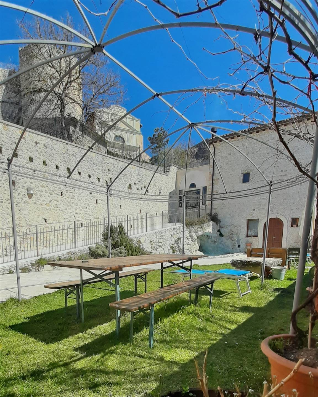 Vista del castello Orsini dal giardino