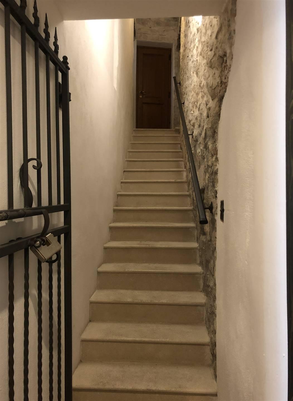 scalinata in marmo e cancello in ferro battuto