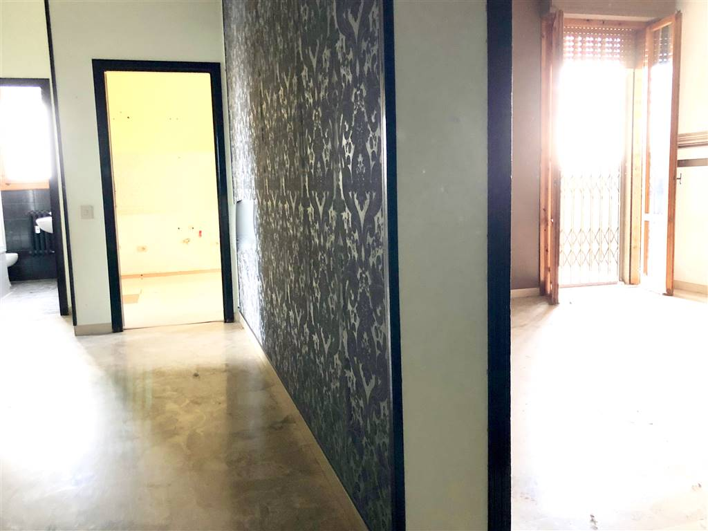 vista da ingresso su sala e corridoio