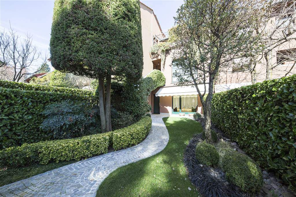 Appartamento in Vendita a Lesmo: 4 locali, 250 mq