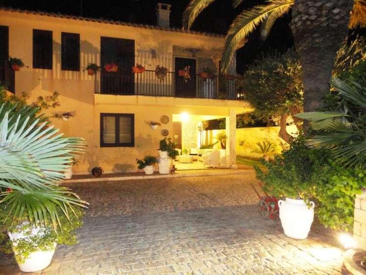 Villa in vendita a Vittoria, 9 locali, zona Località: SCOGLITTI, prezzo € 550.000 | CambioCasa.it