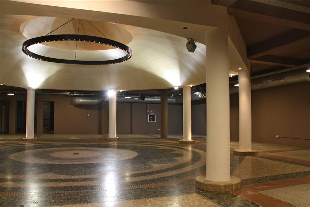 Porta Romana elegante e singolare spazio commerciale interamente ristrutturato di circa 1.500 mq ideale per negozio, show room, ufficio, 7 servizi